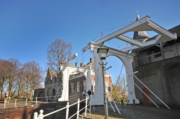 Zierikzee: links van de brug de Noordhavenpoort, rechts de Zuidhavenpoort.