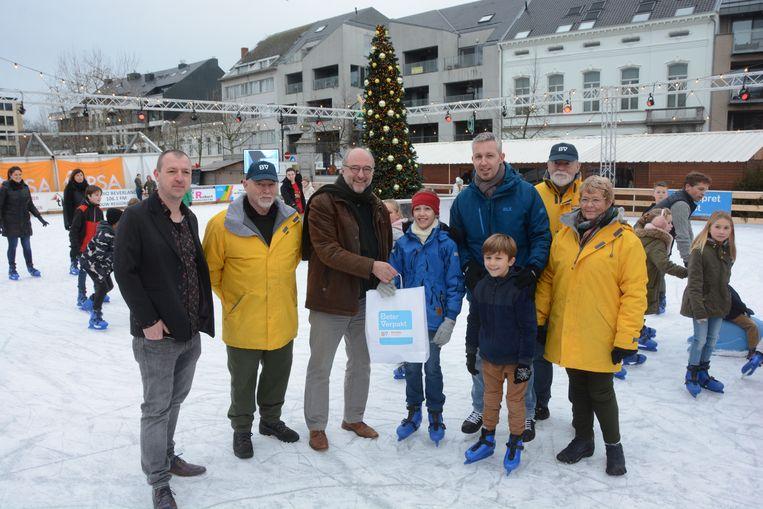 Schepen Raf Van Roeyen mocht het gezin een paar schaatsen en gratis beurten aanbieden voor de ijspiste.