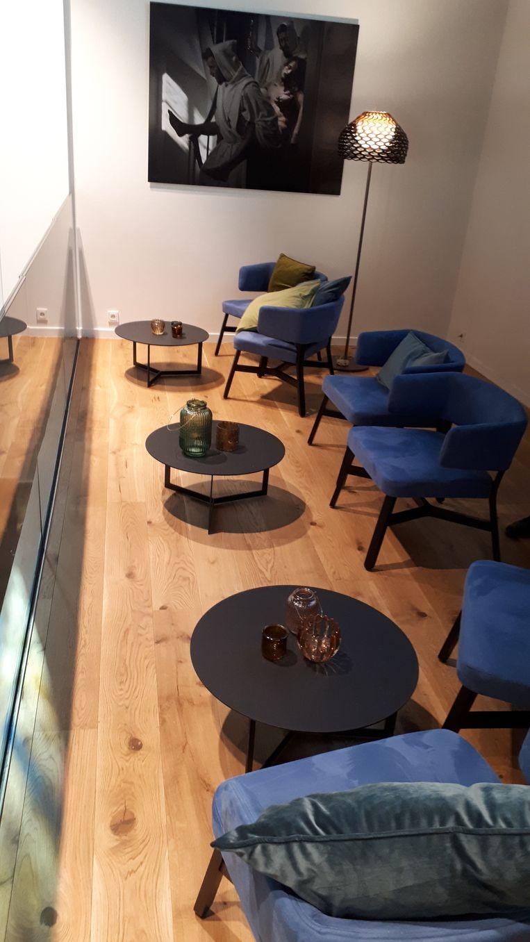 Waar vroeger het koor was, is nu een loungebar.