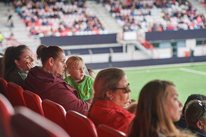 Mensen volgen in het stadion van Oss de herdenkingsdienst.