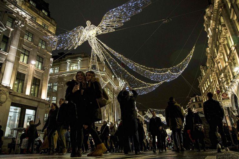 Kerstversiering in Regent Street in Londen. Beeld AFP