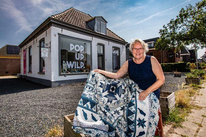 """Jeltje van Essen voor haar nieuwe winkel in Wilp.  ,,Er komt hier veel verkeer langs en elke vrijdag rijden er hele files voorbij aan auto's met caravan."""""""