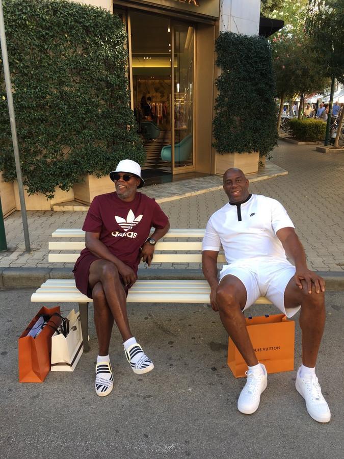 De acteur en ex-basketballer Magic Johnson vieren samen met hun gezinnen vakantie in Italië