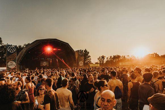 De eerste editie van Ampere Open Air lokte meer dan achtduizend feestvarkens richting de Middenvijver.