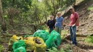 Vrijwilligers ruimen talud Landbouwstraat op: 10 zakken huisvuil na klus van 2 uur
