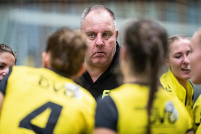 De volleybalsters van DVO en hun trainer Frans Jordens hadden het zwaar te verduren in Schalkhaar.