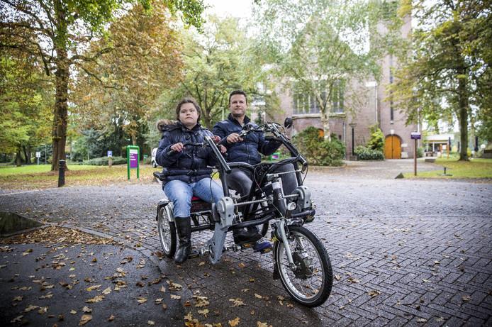 Nikki en Richard Taal vinden het heerlijk om weer te kunnen fietsen op de duo-fiets.