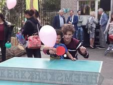 Angela Schijf voetbalt met jeugd in Roosendaal
