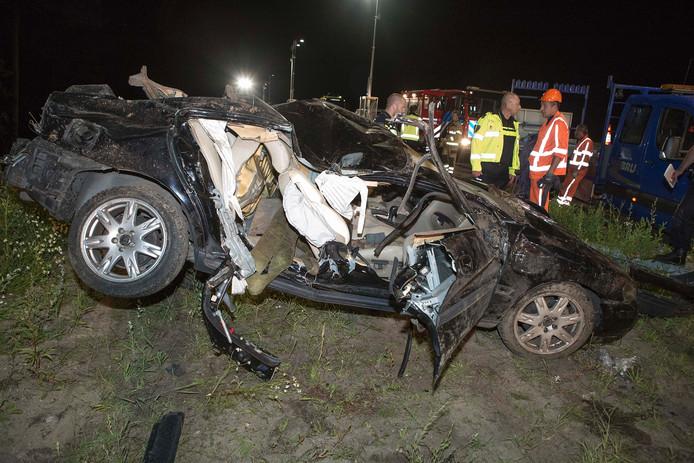 De verwoeste auto op de A12