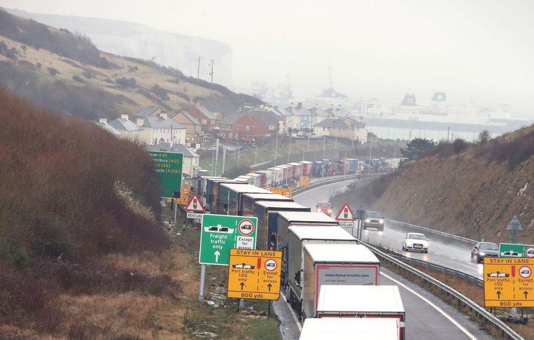 Een file op de A20 richting de haven van Dover, veroorzaakt door aangescherpte controles. Beeld Hollandse Hoogte / PA Photos Ltd