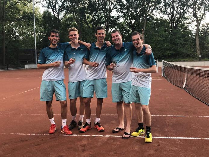 Het kampioensteam van Hulster Ambacht met vlnr Maxime van Eenennaam, Gijs Donze, Wout Martens, captain Marnix Ivens en zijn jongere broer Yanniek Ivens.