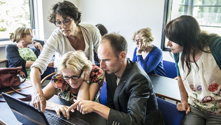 De filmpjes van leraar Arnoud Kuijpers over werkwoorden en zinsontleding zijn door duizenden scholieren bekeken. Beeld Koen Verheijden
