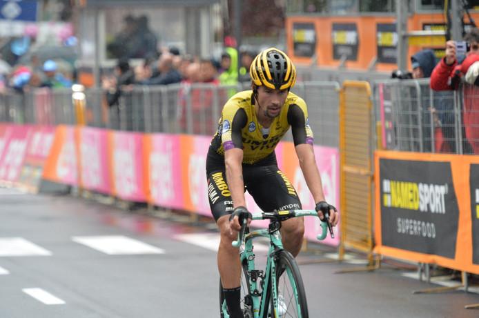 Een moegestreden Primoz Roglic passeert de finishstreep.