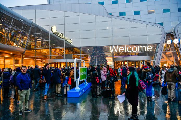 Drukte bij de terminal van Eindhoven Airport na de annulering van enkele vluchten (archieffoto).