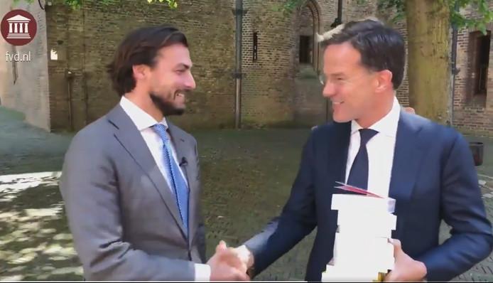 Thierry Baudet biedt zijn boeken aan aan premier Mark Rutte. Foto Twitter FvD.