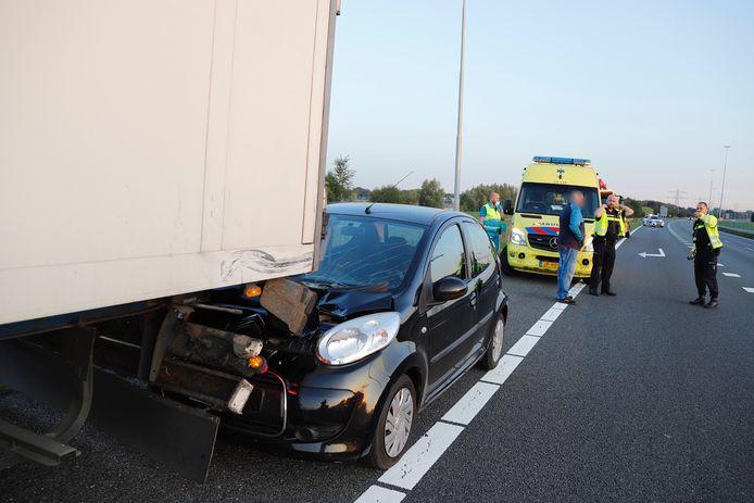 Auto klapt achterop vrachtwagen op de A73.