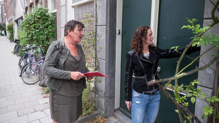 Aan de deur komen de jongerenadviseurs van alles tegen: ouders die zich geen raad meer weten, armoede, game- of softdrugsverslaving Beeld Rink Hof