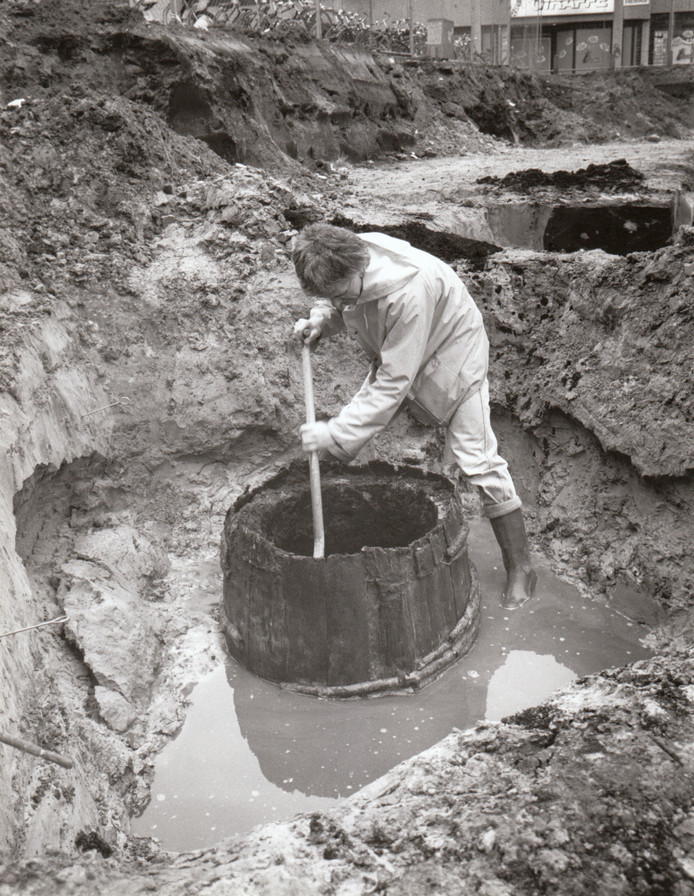 Stadsarcheoloog Nico Arts trof in januari 1989 de restanten aan van een oude waterput op het terrein waar nu de winkelcentrum de Heuvel staat.