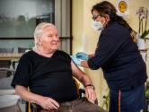 Verpleeghuisbewoners krijgen eerste prikken: 'Je hoopt hiermee corona uit de huizen te krijgen'