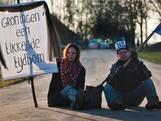 Op het plaatsnaambord hangt een A4'tje: 'Wiebes behandelt ons als vuilnis'