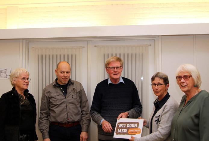 Waarnemend-voorzitter Gerrit van den Brink van de werkgroep Fairtrade Gemeente Hellendoorn overhandigde deze week een fairtrade-certificaat aan diaconie-voorzitter Tineke van Buren van de Protestantse Gemeente Hellendoorn.