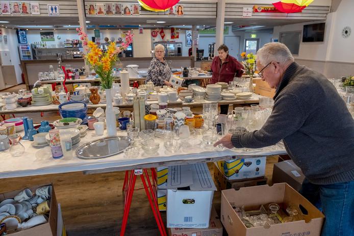 De voorbereiding voor de rommelmarkt is in volle gang.