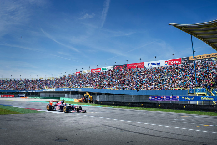 Max Verstappen reed in 2015 al eens met zijn Formule 1 wagen van Toro Rosso op Het TT-circuit in Assen.