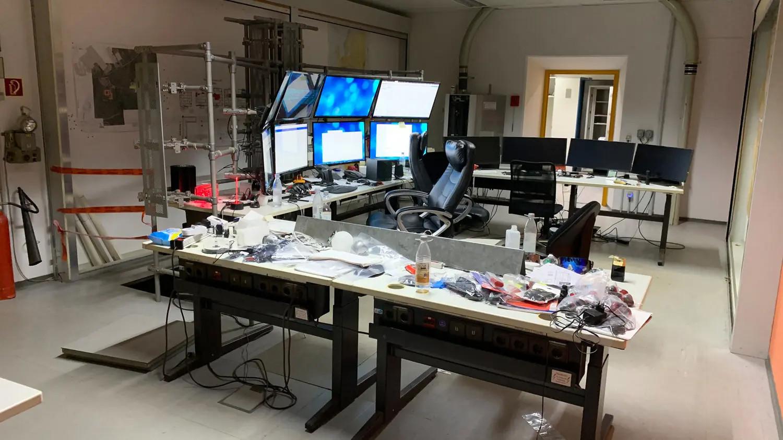 Met alle beeldschermen en veertien mobieltjes naast elkaar leek het kantoor van X. volgens speurders wel een 'commandocentrum'.