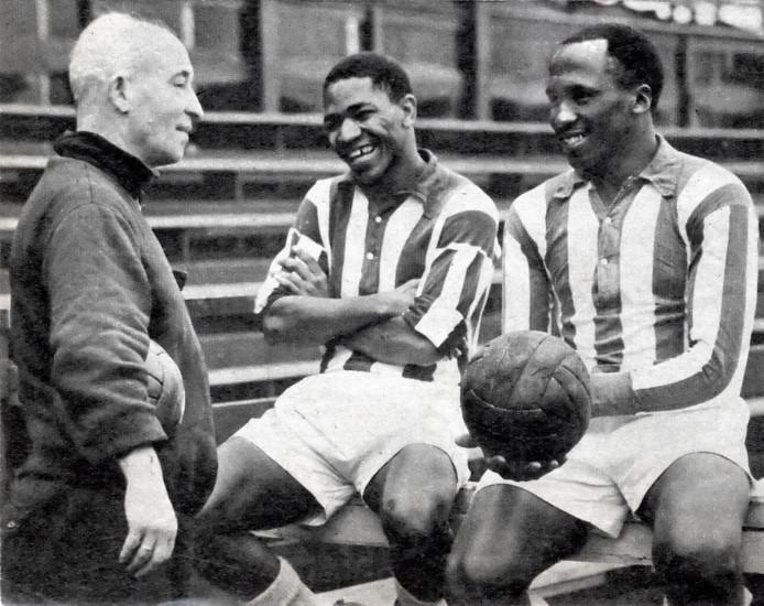 Trainer Jan Bijl met de ZuidAfrikaanse voetballers van Heracles, Steve Mokone en Darius Dhlomo,