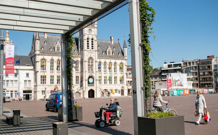 De Grote Markt van Sint-Niklaas moet aangepakt worden, daar zijn alle partijen het over eens. Wel zijn er nog heel wat bedenkingen.