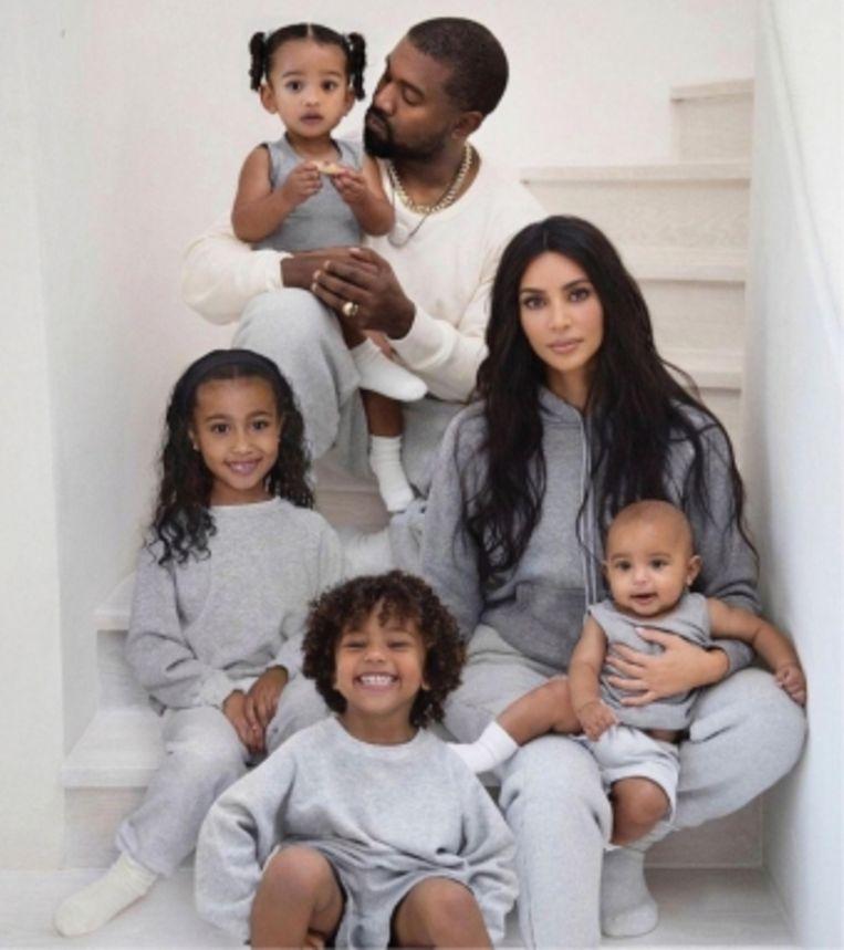 'Ik wil dat mijn kinderen in een rechtvaardige maatschappij kunnen leven, maar jammer genoeg speelt je ras nog altijd een grote rol in de VS.' (Foto: met Kanye West, dochtertjes North (6) en Chicago (1) en zoontjes Saint (4) en Psalm (7 maanden)).' Beeld