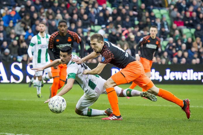 PSV-verdediger Daniel Schwaab in duel met Mo El Hankouri in de laatste wedstrijd van het seizoen op zondag 8 maart.