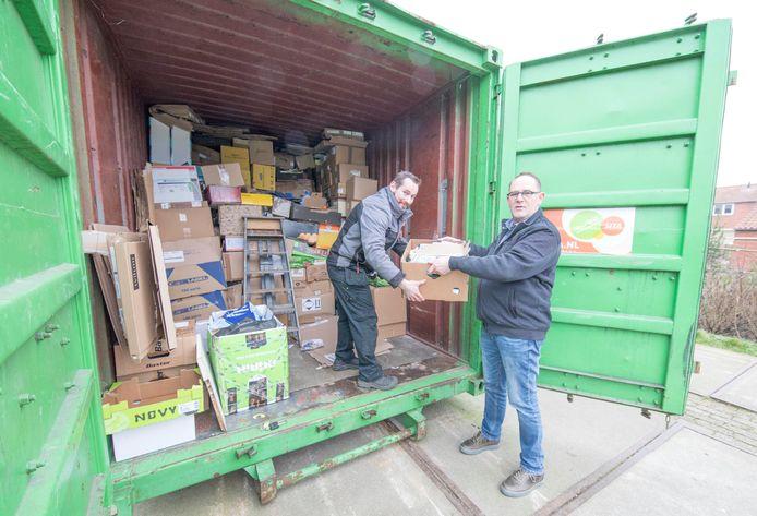 Pascal Vermeulen (l) en Sjaak Vleugel brengen hun oud papier liever naar de container aan de Westvest.