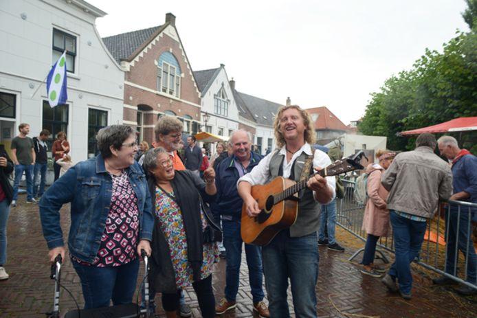 Zanger Hans van der Werf maakt iedereen vrolijk op Vlasdag in Dreischor.