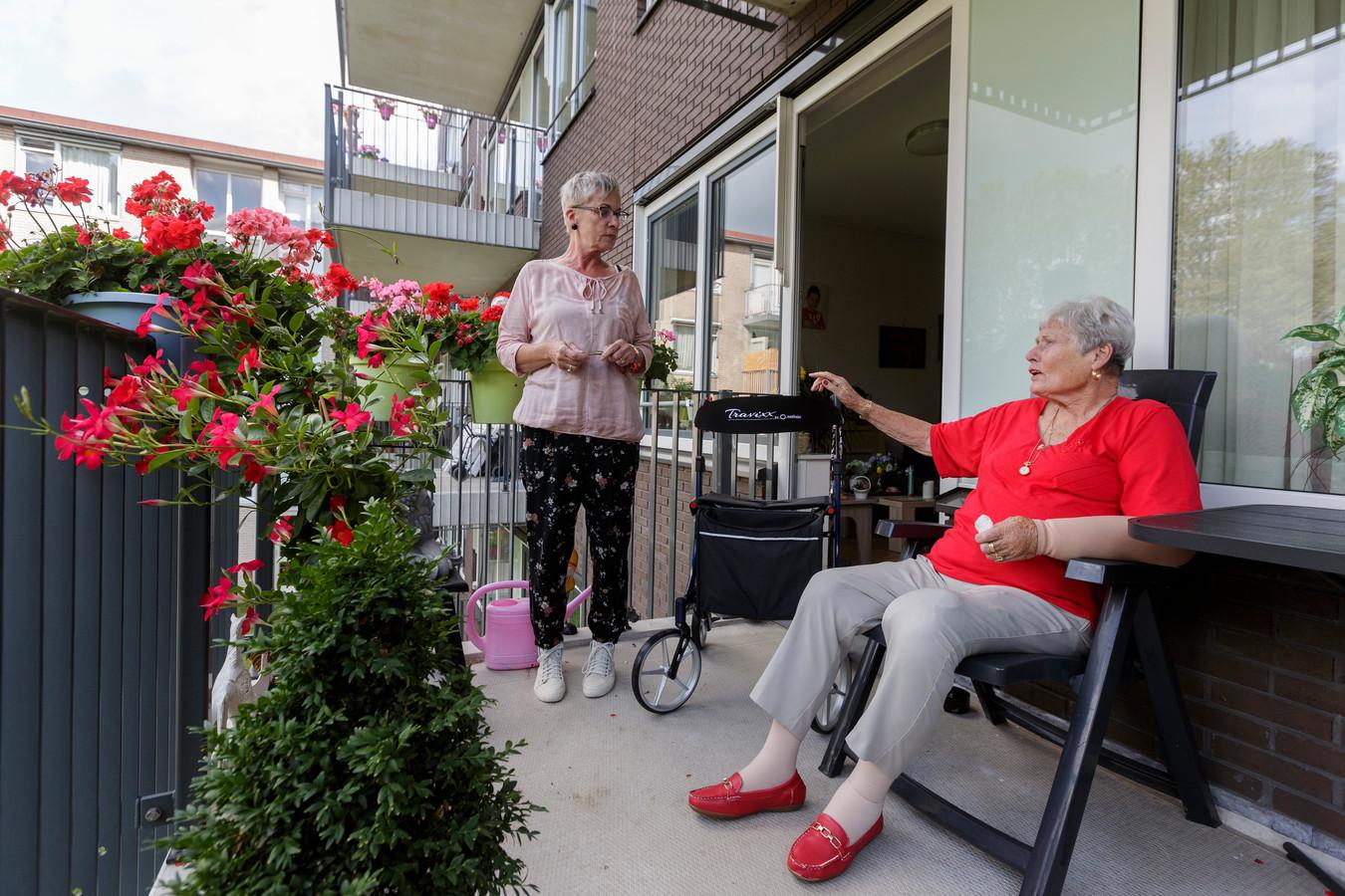 Dita Ham (l) doet in Sutfene de mantelzorg voor haar 86-jarige zus, mevrouw Van Daalen-Klijnstra.