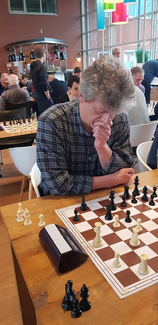 Peter Boel, die namens ASV wel overeind bleef tegen SG Max Euwe.