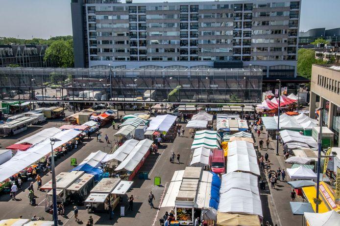 De markt op het Koningsplein, dat de komende jaren flink op de schop gaat.