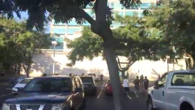 Studenten van de Universiteit van Hawaii in Honolulu, rennend op zoek naar een schuilplaats, na het alarm over een inkomende raket. Beeld reuters