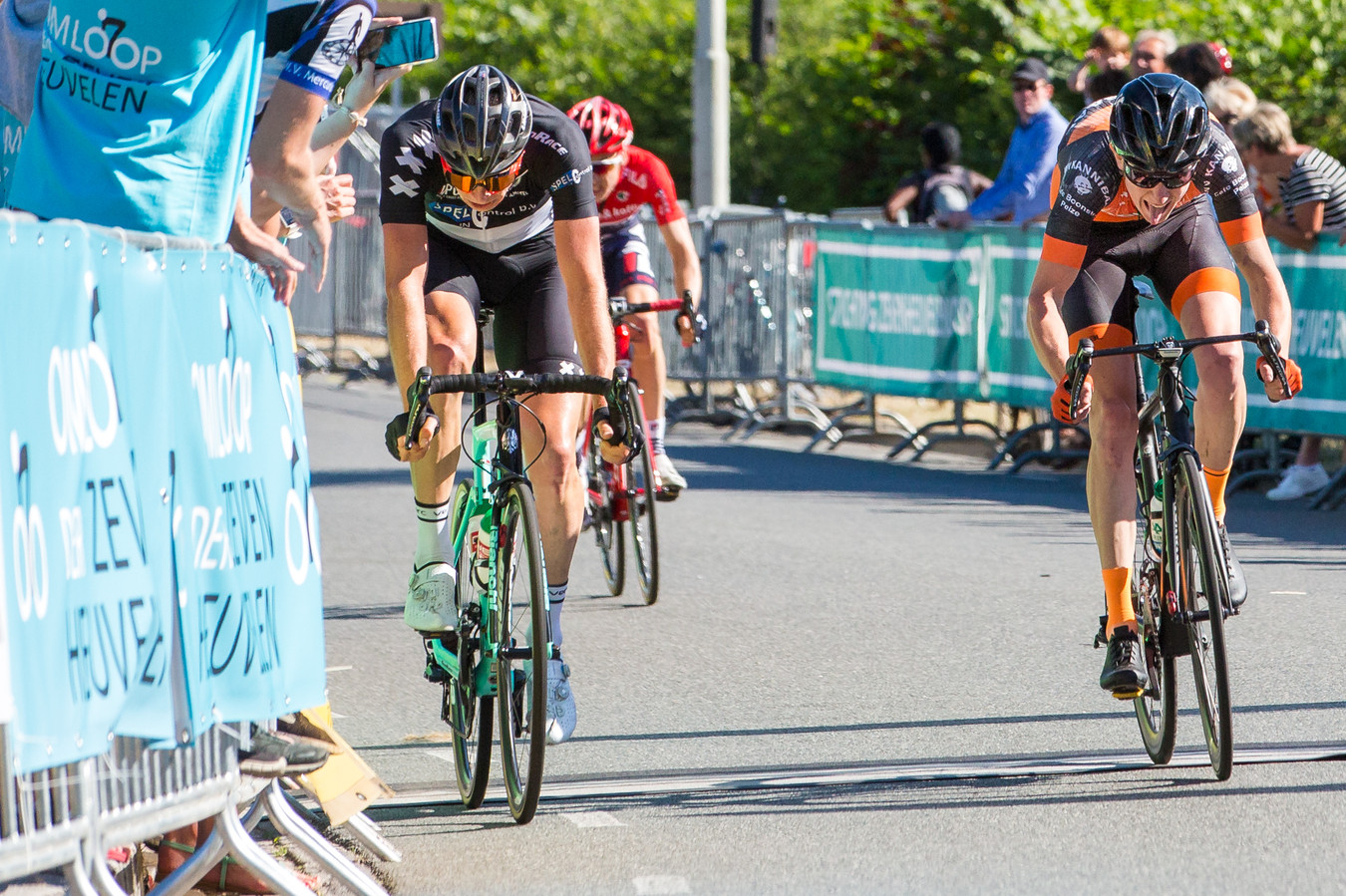 Jelmer Asjes (links vooraan) wint de tweede Omloop der Zevenheuvelen. Steven Willemsen (rechts) komt net tekort.