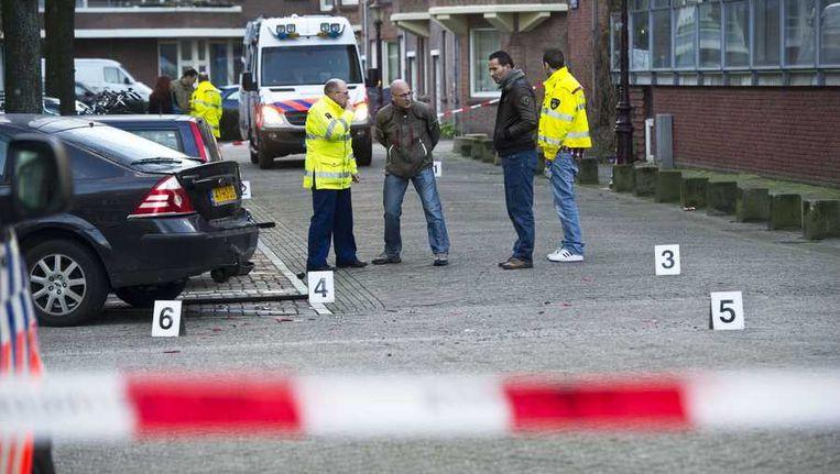 Politieonderzoek in de Schaepmanstraat in de Amsterdamse Staatsliedenbuurt, de dag nadat op verschillende plekken in de buurt geschoten werd. In de straat werd een zwarte Range Rover gevonden waarvan de voorruit was doorzeefd met kogels. Beeld anp