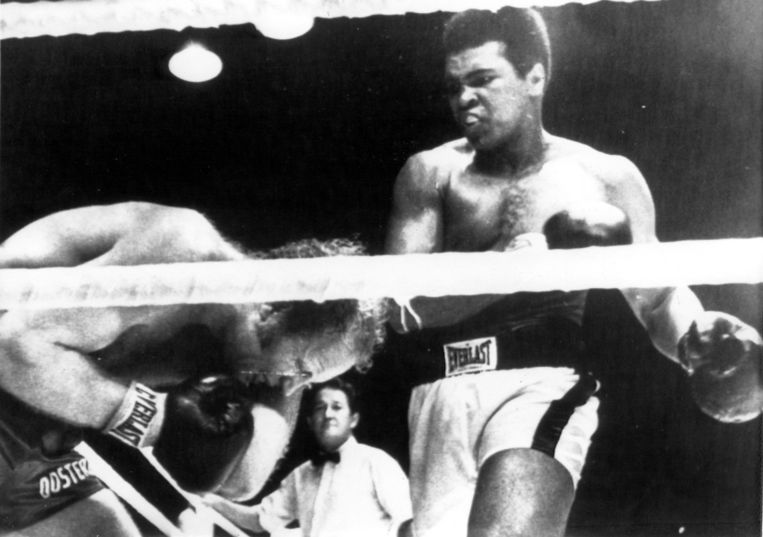 Rudi Lubbers krijgt een rechtse hoek van Muhammad Ali in een gevecht dat over de volle 12 ronden ging. 21 oktober 1973 Jakarta. Beeld Nationaal Archief / Collectie Spaarnestad / ANP