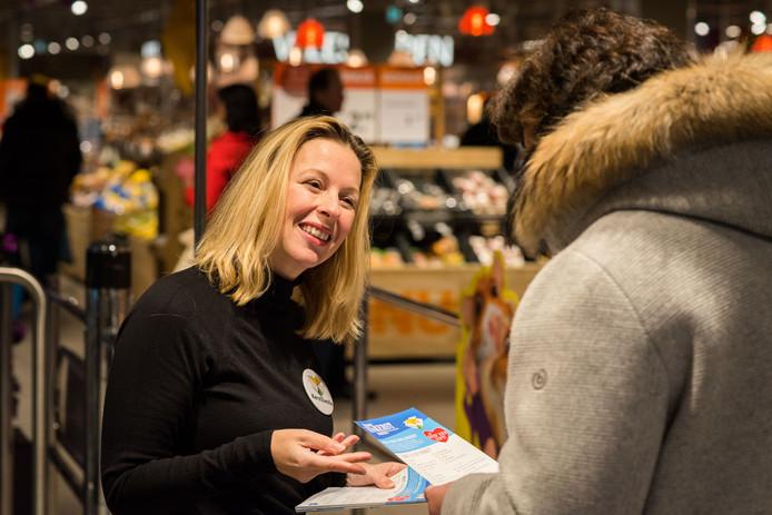 In elf supermarkten zamelen vrijwilligers van KerstZwolle producten in voor de kerstpakketten.