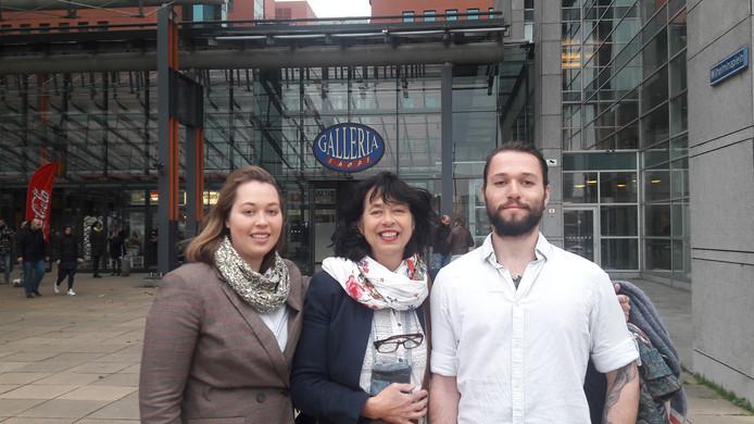 Vlnr: Merel-Lotte, Esther en Yonathan Heij voor de rechtbank in Rotterdam.