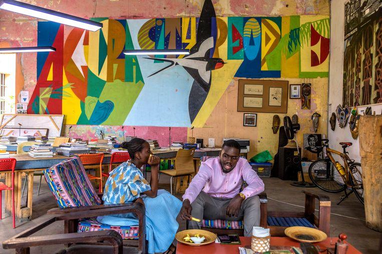 Klanten eten gefrituurde yames in het hippe Jamestown café. Beeld Hollandse Hoogte, Andrew Esiebo