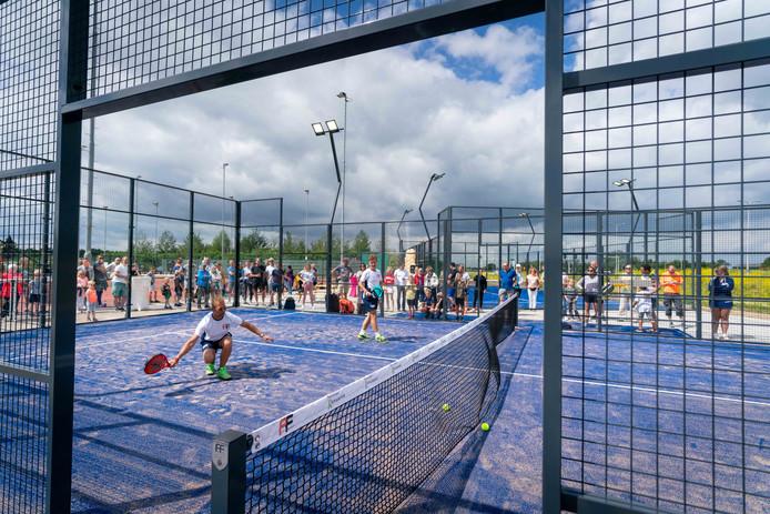 Padel, een combinatie van tennis en squash, is de snelst groeiende sport in de wereld.