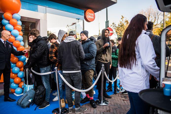 Dringen voor de ingang van Cool Blue , op jacht naar de gratis koptelefoon.