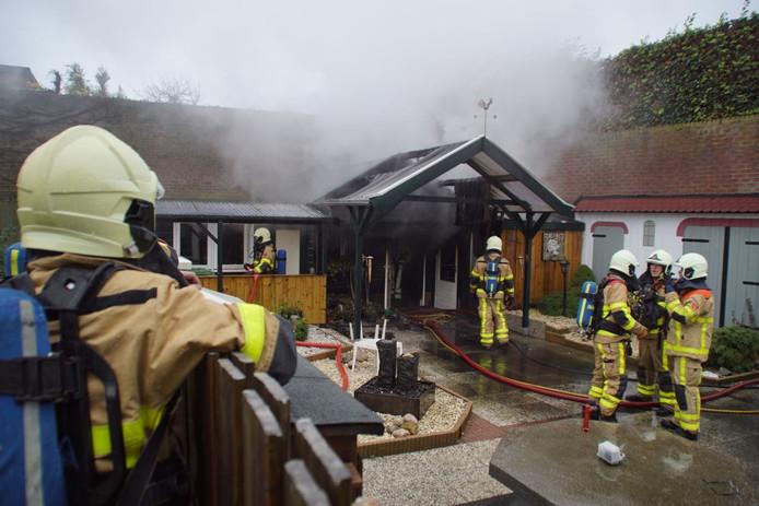 De brandweer bij de schuur in Aalten.