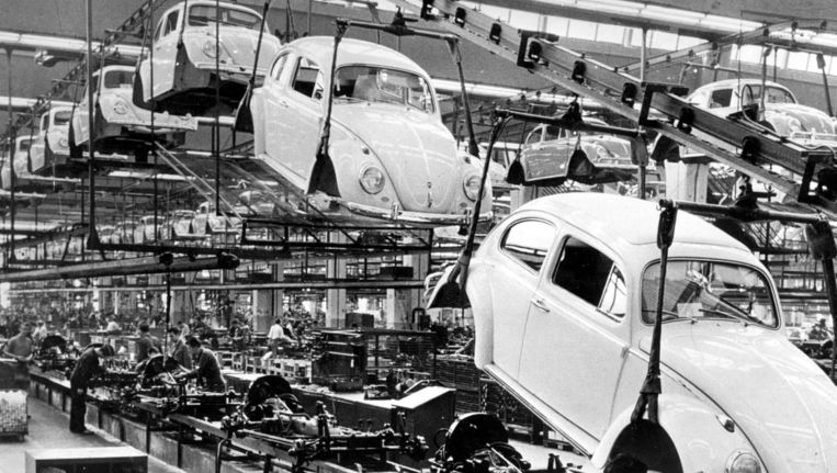 Volkswagenfabriek in Wolfsburg, Duitsland (foto 1966). Beeld epa