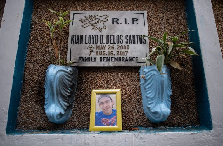 Het graf van de 17-jarige scholier Kian in Manila.
