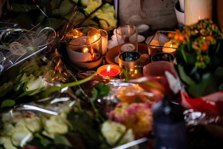 Op de plaats waar Julie overleden is worden bloemen neergelegd.